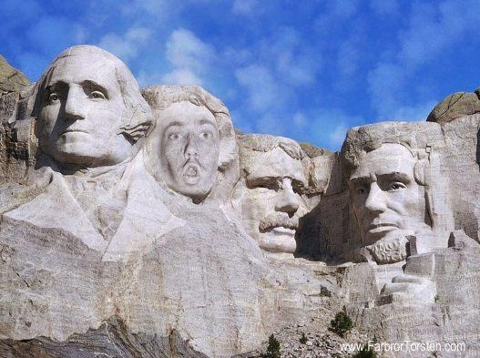 Här har någon huggit i sten både bildligt och bokstavligt talar. Mount Rushmore ser ut som skit.