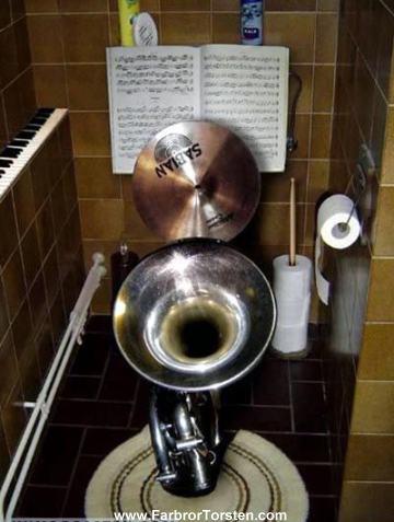 Toaletthumor i musikform - en toa som består av instrument.