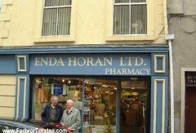 På Irland ligger det här apoteket med det snuskiga och roliga namnet. Förmodligen betyder Enda Horan Lth något annat på irländska än på svenska.